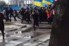 Толпа, бегущая от взрыва, во время шествия 22 февраля