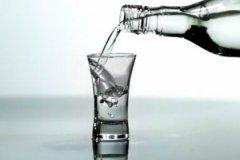 Болезненное влечение к алкоголю может случиться у людей разного возраста