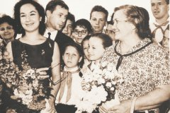 Слева направо: супруга лидера Венгрии Мария Кадар, Лолита Торрес, Олег Анофриев. Справа на переднем плане Нина Хрущева