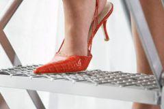 Число жертв обуви на высоком каблуке продолжает стремительно расти
