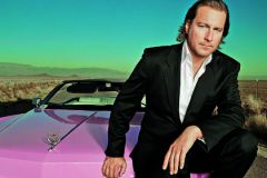 """В """"Поклоннике"""" герой Джона водит фиолетовый гоночный автомобиль 50-х годов."""