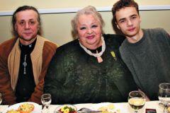 Наталья Крачковская с сыном Василием (слева) и внуком Владимиром (справа)