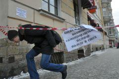 В результате падения льда с крыши дома на востоке Москвы пострадали ребенок и женщина