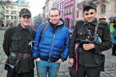 Евгений (в центре) в родном Львове проездом из Москвы. Украинцам сопереживает, но понять пытается всех