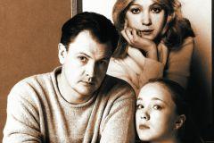 Юрий и Дарья Мороз вместе с портретом погибшей Марины Левтовой