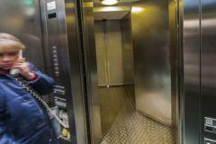 Как себя вести в застрявшем лифте?