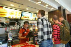 """Посетители возле кассы в """"Макдоналдсе"""""""