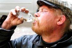 Президент России Владимир Путин поручил правительству ужесточить правила розничной торговли пищевой спиртосодержащей продукцией, парфюмерно-косметической продукцией и товарами бытовой химии
