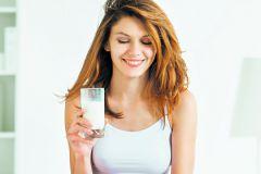 Девушка со стаканом молока
