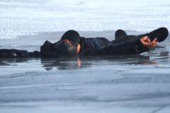 Местный житель не побоялся ледяной воды, чтобы спасти ребенка