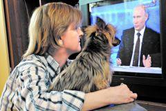 Женщина смотрит Прямую линию с Владимиром Путиным