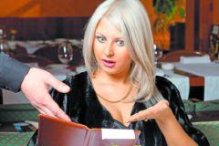Женщина смотрит чек
