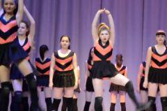 Несовершеннолетние девочки исполняют групповой эротический танец