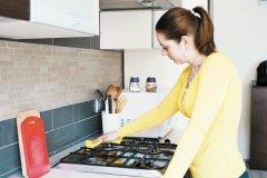 Посыпьте горячую плиту солью и тщательно потрите бумагой