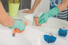 Оперативно уберите разводы на раковине и зеркале в ванной