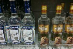 Премьер-министр Дмитрий Медведев разрешил уничтожать контрафактный алкоголь