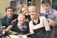 Валерия с бабушкой и детьми
