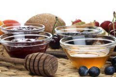 Из сладкого во время поста можно употреблять тушеные фрукты, цукаты, мед, квас, варенье