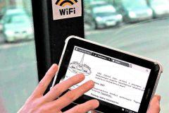 Гаджет на фоне знака Wi-Fi