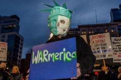 Митинг в США против ракетного удара по Сирии