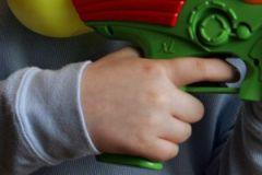 Ребёнок играл с травматическим пистолетом