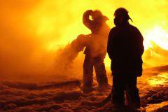 Пламя охватило крышу и верхние этажи здания