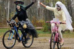 Зомби захватившие землю едет на велосипеде