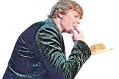 Андрея зацеловали поклонницы. От радости певец объедался сладким