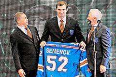 КХЛ в лице Александра Медведева (слева) может иногда шокировать неожиданным приобретением