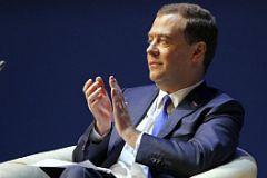 Дмитрий Медведев хлопает и улыбается