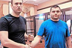 Офицеров (справа) с детства привык: своих сдавать нельзя. И поэтому не бросил Навального (слева) в беде