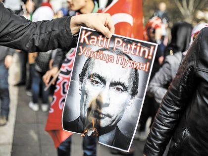 В Турции жгут портреты Путина