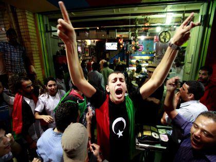 Ливийцы, празднующие в Каире смерть Каддафи