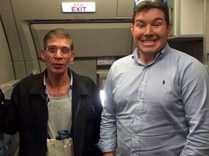 Пассажир захваченного в Египте самолета сделал селфи с террористом