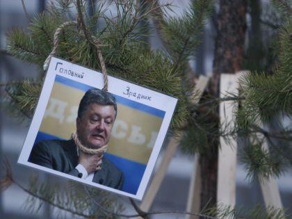 В Киеве противники украинского президента уже установили свою елку