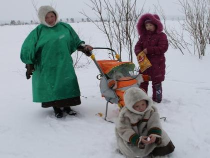 Жительница тундры приехала  детьми за сотни километров, чтобы поболеть за мужа