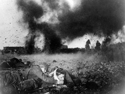 Советские солдаты на поле битвы