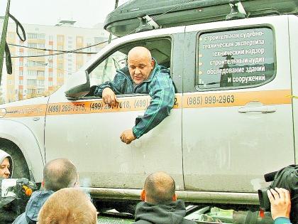 Константин Алтухов в своем автомобиле на эвакуаторе