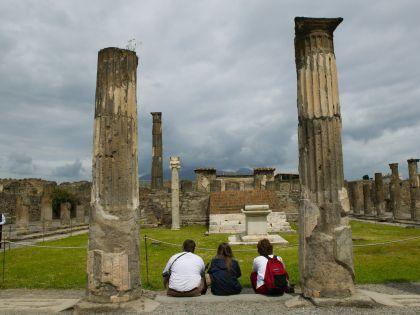 Туристы в Помпеях