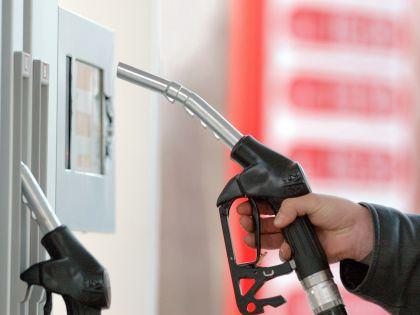 Цены на нефть падают, а на бензин – растут