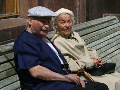 Новое условие для лиц старше 70 лет — продажа недвижимого имущества только при условии получения предварительного разрешения на сделку органов опеки и попечительства