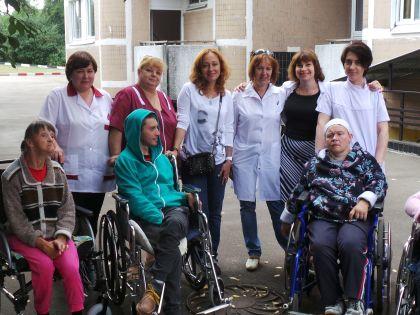 Виктория Тарасова с пациентами и коллективом Центра реабилитации для людей с ДЦП