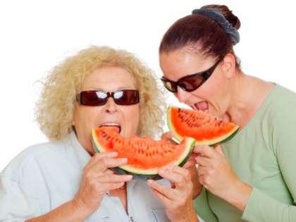 В молодости женщинам необходим кальций, а в пожилом возрасте стоит снизить потребление железа