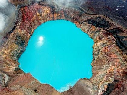Кислотное озеро в кратере камчатского вулканат