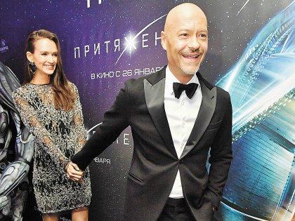 На премьеру – за руку с Паулиной Андреевой