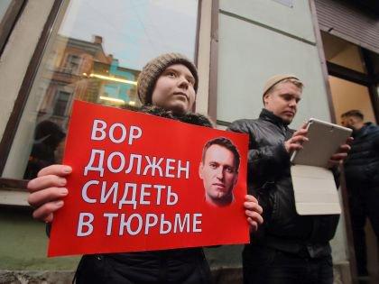 Пикетчики из движения «Антимайдан», одним из основателей которого является депутат Саблин, протестуют против Навального