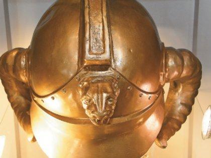 Этот шлем для «Джентльменов удачи» сделали из обычной пожарной каски