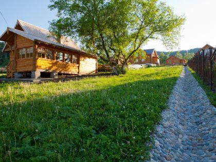 Деревня застроена уютными домиками