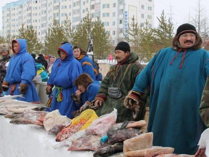 На ярмарке можно приобрести и рыбу, и оленину, и теплые пимы