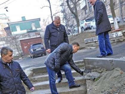 Пушкарев (в центре) иногда самостоятельно проверял работу дорожных подрядчиков во Владивостоке